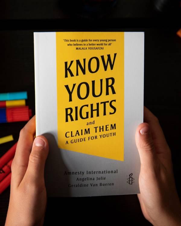"""แองเจลินา โจลีร่วมแอมเนสตี้เปิดตัวหนังสือ """"Know Your Rights and Claim Them""""  หนังสือที่ผู้ใหญ่อาจไม่อยากให้เด็กอ่าน"""